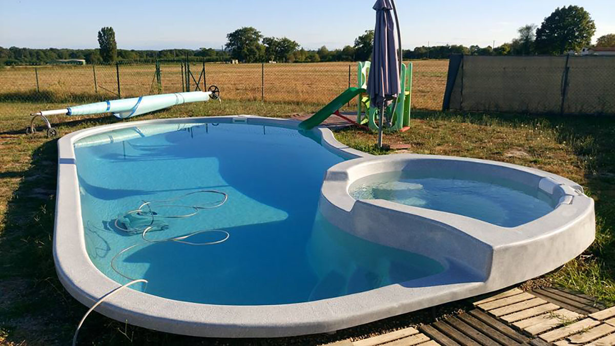 Piscines coque fond plat charente maritime 17 piscine freedom for Piscine avec spa a debordement